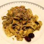 Pappardelle al pesto de rúcula, tomate y olivas negras
