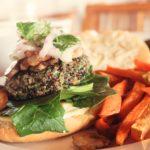 Hamburguesa vegana de quinoa al estilo peruano