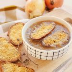 Sopa de cebolla vegana